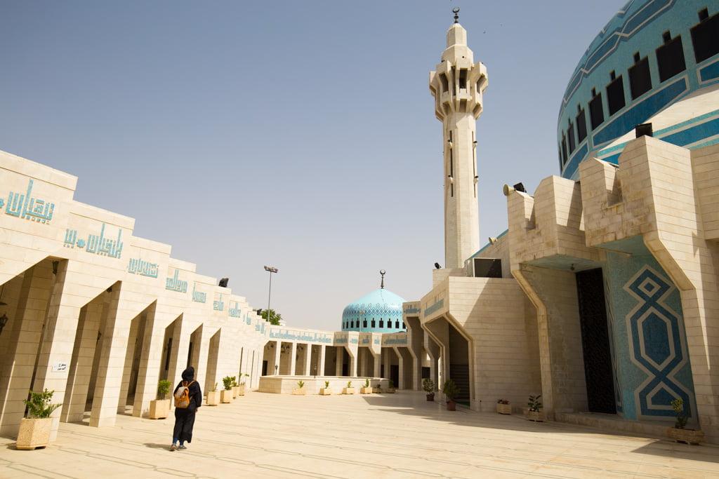 En cierto lugares te piden que sigas un código de vestimenta, como en la mezquita del rey Abdala en Amman (Jordania)