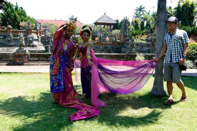 Boda indonesia en el Taman Gili (Bali, Indonesia)
