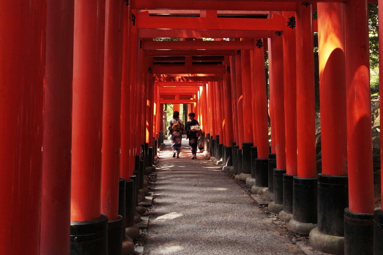 Japonesas con traje tradicional en Fushimi Inari-taisha (Kioto, Japón)