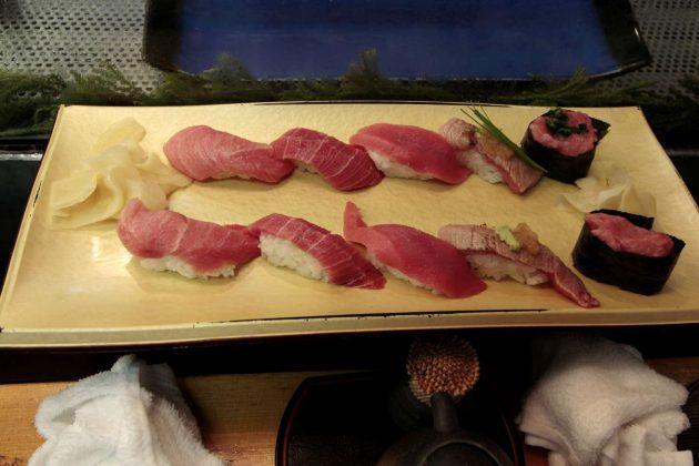 Selección de sushi en un restaurante de la lonja de Tokio (Tokio, Japón)
