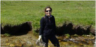 La bióloga Patricia Casanueva durante una investigación sobre las libélulas | P. Casanueva